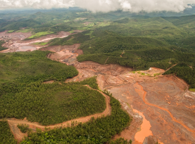 Foto: Damages in the landscape after a dam that was securing mining waste collapsed in Minas Gerais. Photo: Fabio Nascimento