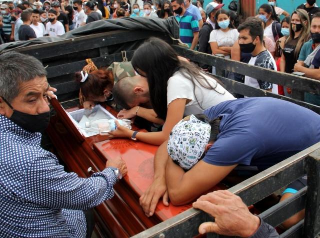 Foto: begravelse av de 9 studentene som ble drept lørdag 15. august