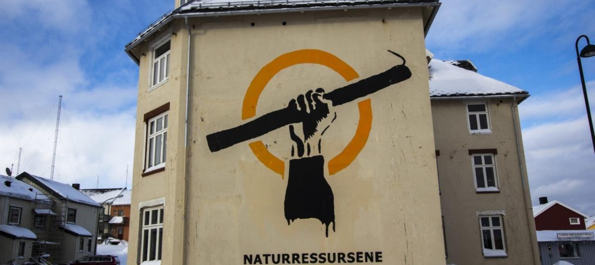 Foto: Kystopprørets symbol er laget av kunstneren Pøbel og malt opp sammen med befolkningen i Vardø. Foto: Asbjørn Nilsen